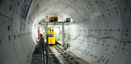 南京林业大学研究生院研究生 210000 摘要:盾构法是现今轨道交通施工中经常应用的一种方式,在本文中,将就轨道交通盾构法施工质量管理进行一定的分析与研究。 关键词:轨道交通;盾构法;施工质量管理 1 引言 近年来,我国各地的地铁工程得到了较大规模的建设。在地铁建设中,盾构施工技术已经逐渐成了我国地铁施工中的一项重要方式。在对盾构施工技术进行应用时,如何更好的做好施工控制、保障施工质量,则成为了一项非常重要的工作。 2 轨道交通盾构法施工质量管理 2.